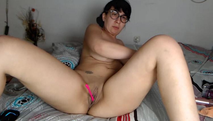 Elizabeth brune mature à lunettes